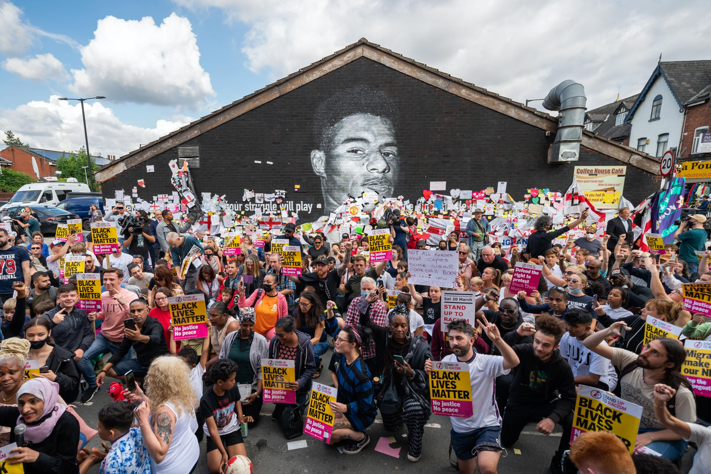 Hundreds of people take the knee beside recently-repaired Rashford mural |  Richmond and Twickenham Times