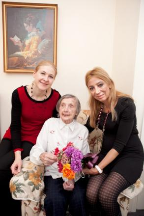 Muriel Wood with care home manager Fiona Saadat and deputy manager Anna Chioariu